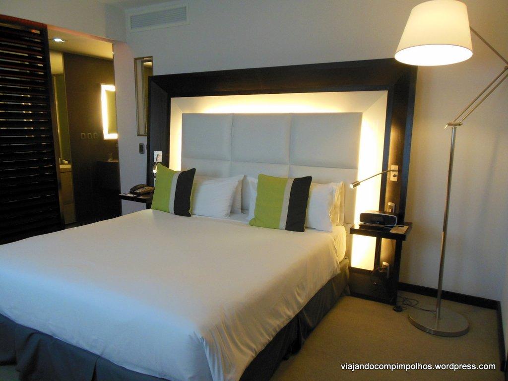 Imagens de #B79E14 quarto com cama queen size e destaque para o banheiro super moderno  1024x768 px 3608 Banheiros Super Modernos