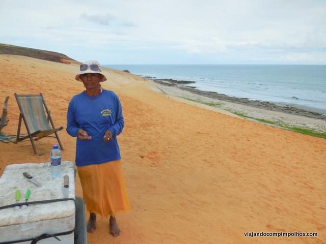 Tiazinha que vende água gelada e côco no início da trilha.